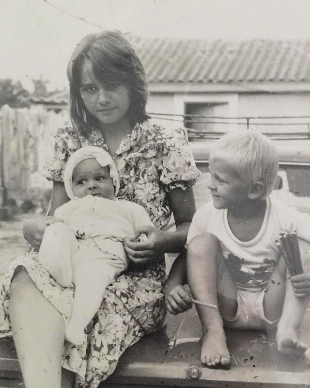 Макс Барских в детстве с братом и сестрой