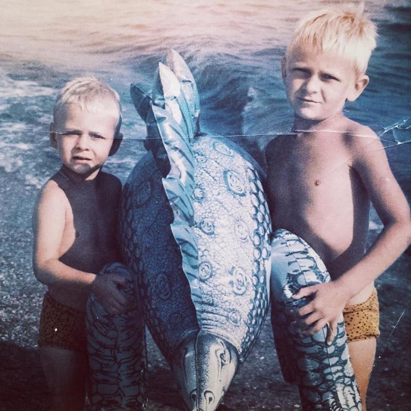 Макс Барских в детстве с братом
