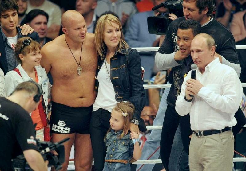 Федор Емельяненко с семьей принимает поздравления