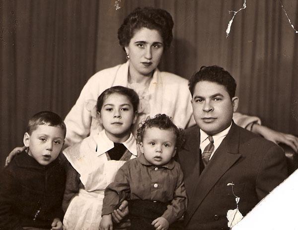 Любовь Успенская с мачехой, отцом и братьями Ефимом (слева) и Яковом, 1965 год