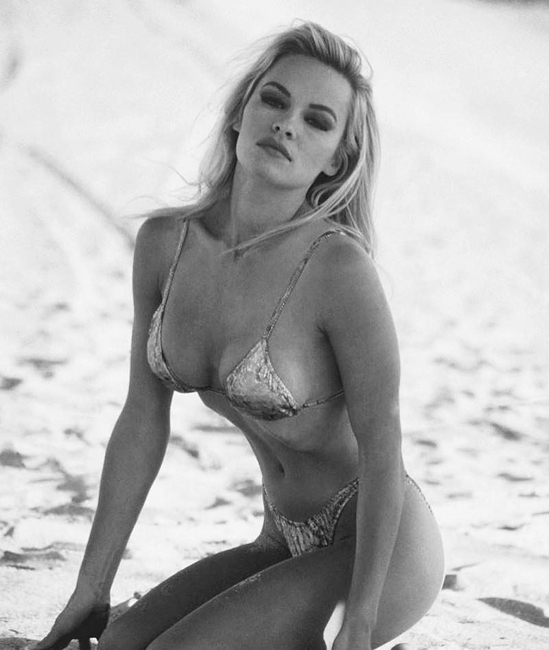 Памела Андерсон в купальнике откровенные фото