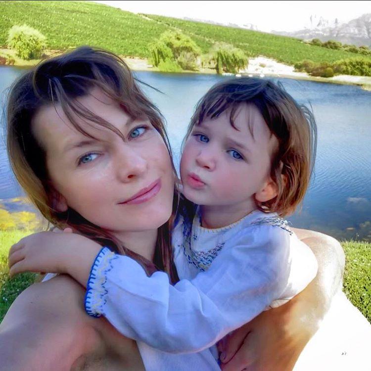 Мила Йовович с дочкой