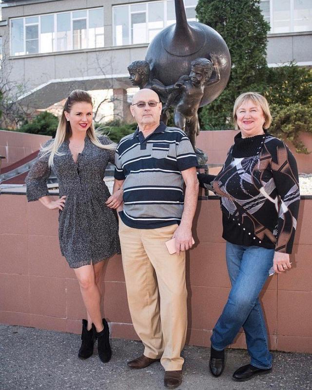 Анна Семенович с родителями