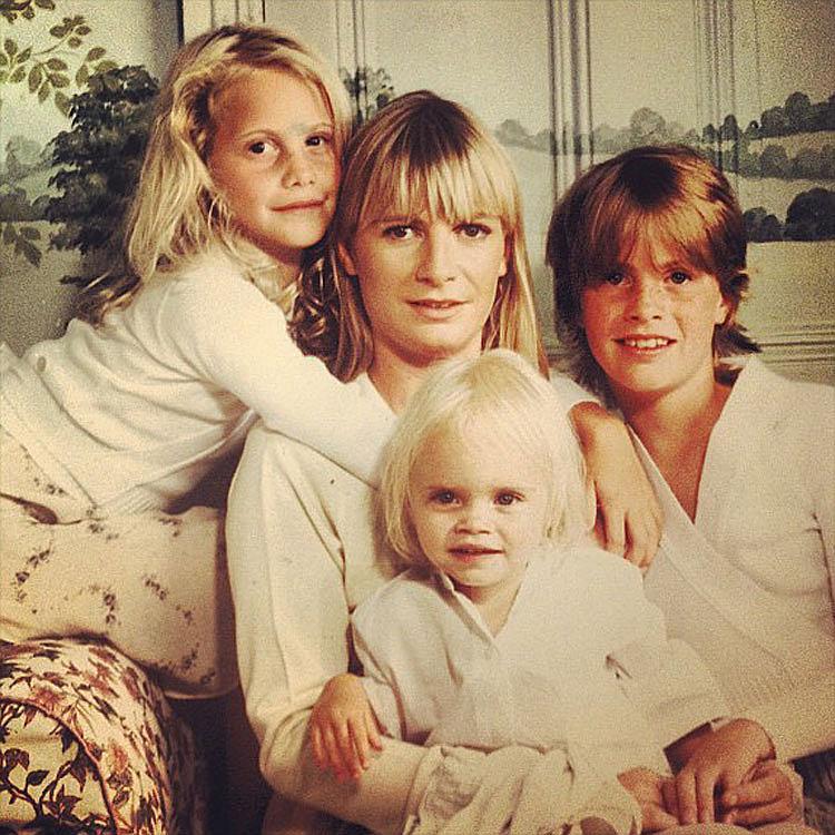 Пандора Делевинь (мать Кары) с дочерьми